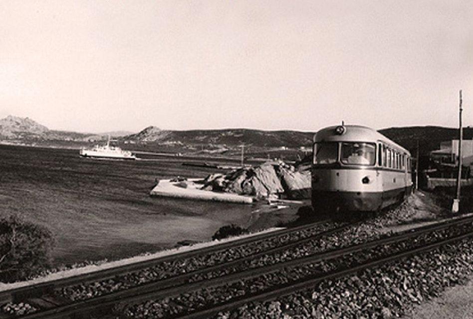 immagine d'epoca della locomitiva FdS alla stazione del porto di Palau