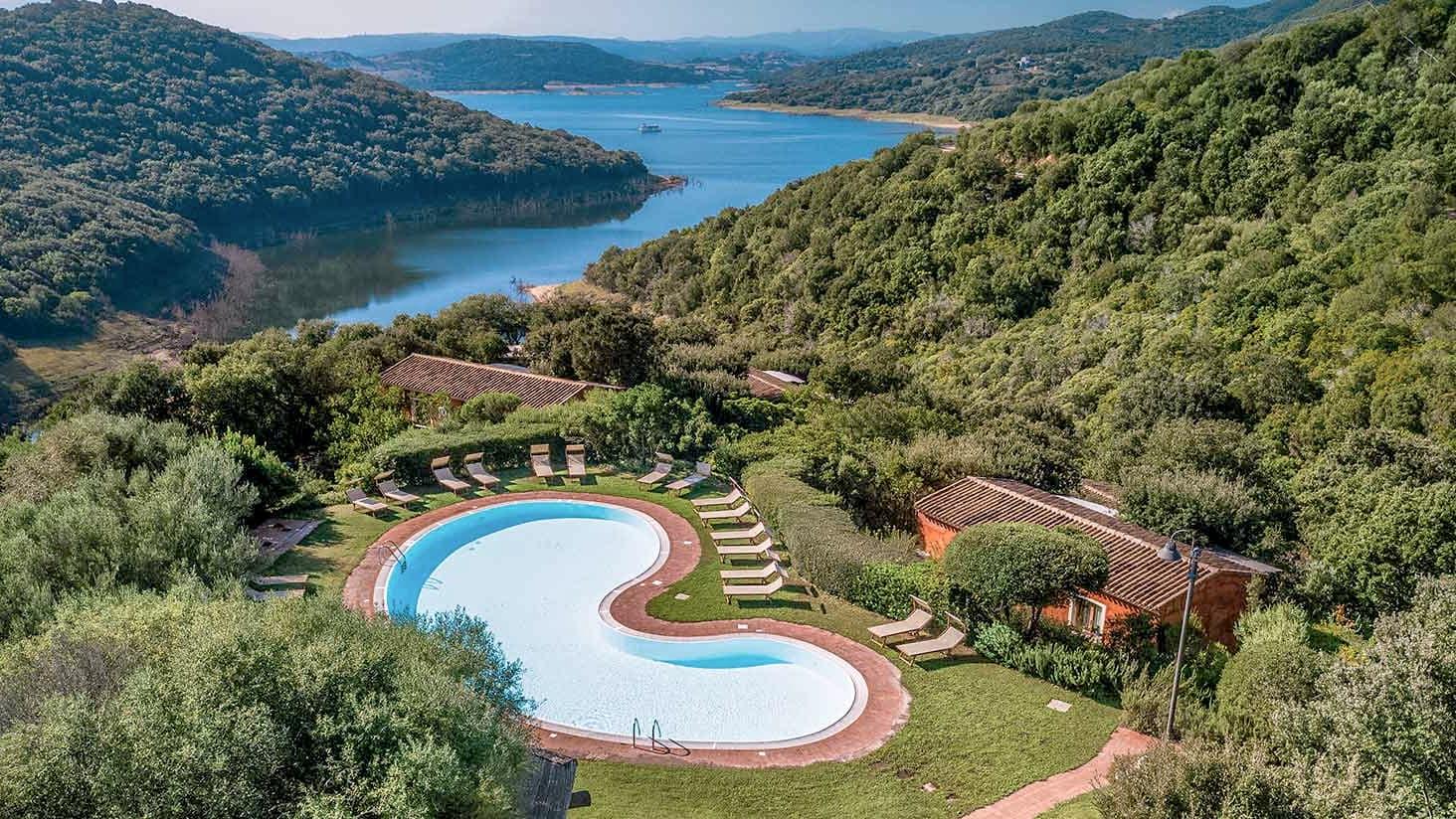 panoramica dell'hotel Aldiola con vista sul lago del Liscia