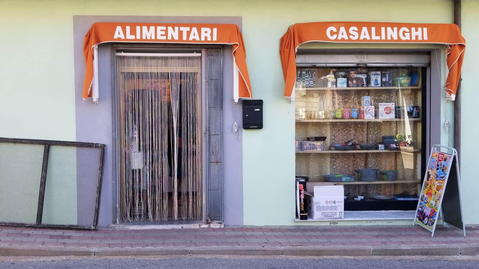 ingresso di un negozio di alimentari con una vetrina