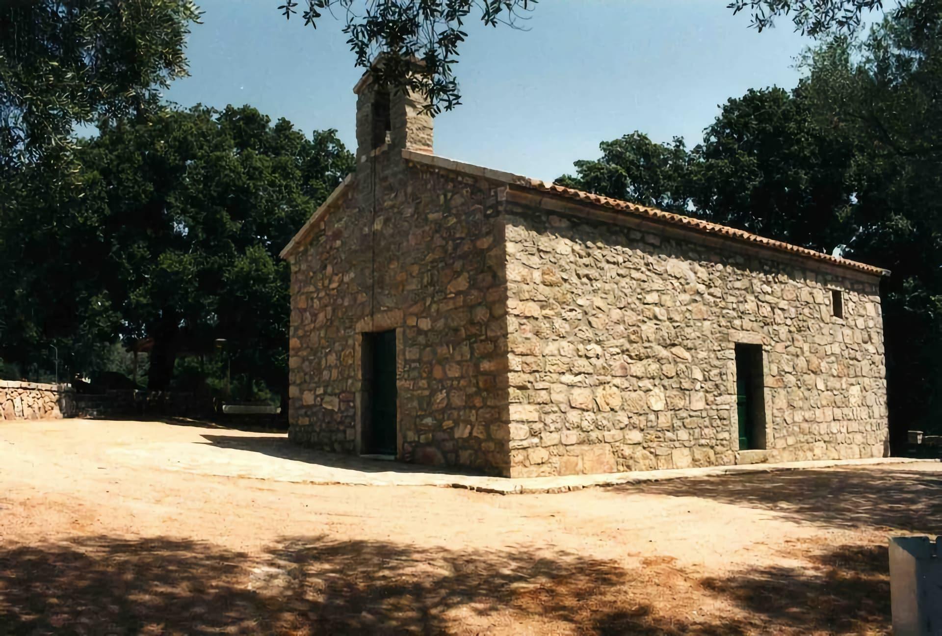 una piccola chiesa campestre in granito