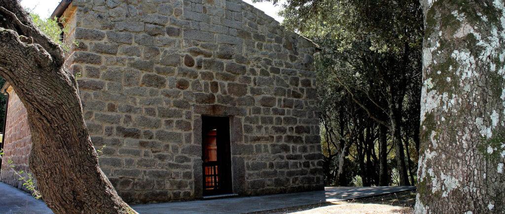 facciata in granito della chiesa campestre di San Santino