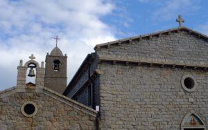 la facciata in granito della chiesa parrocchiale di Sant'Antonio Abate