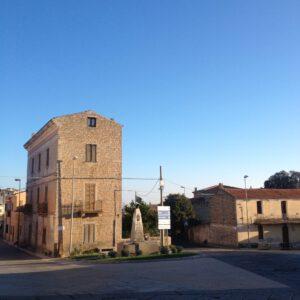 il palazzo Mannu di sera, all'incrocio su via Arzachena