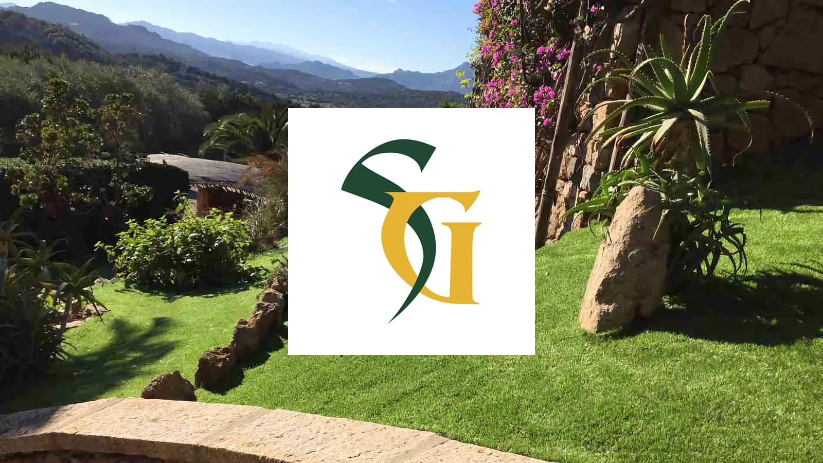 un giardino con prato in erba sintetica, varie piante e logo SG