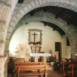 archi in granito, e l'altare della chiesa di Sant'Andrea